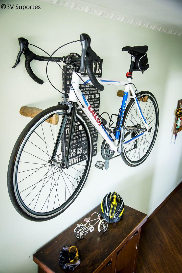 Suporte de parede para bicicleta MTB/URBAN ou similares. Produto artesanal feito em tora de eucalipto tratado no estado bruto com aplicação de resina incolor para acabamento e proteção. Dispositivo para fixação na parede em chapa de aço com buchas e parafusos. Interno ao suporte e proporcionando um visual limpo parecendo que a tora está embutida na parede.