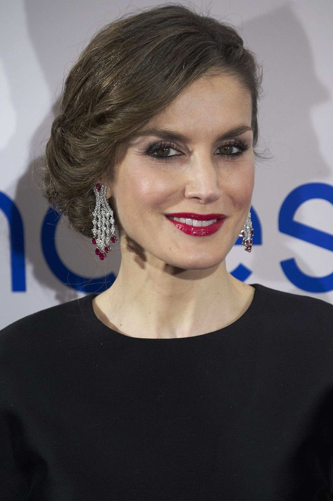 HM Queen Letizia wearing an impressive pair of ruby and diamond earrings (February 7th, 2017).