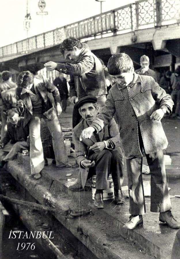 ✿ ❤ Bir Zamanlar İSTANBUL, Köprüde balık tutan çocuk (1976) #istanlook #nostalji #birzamanlar