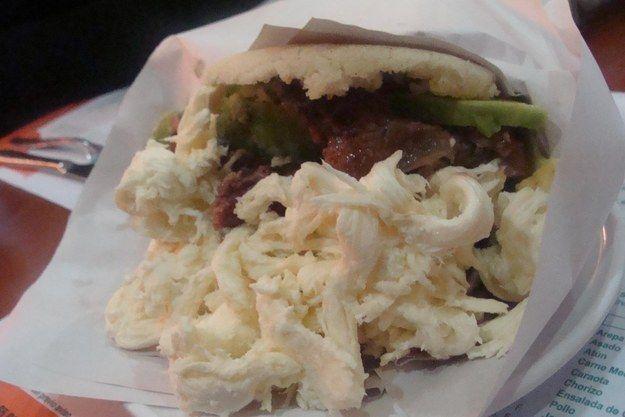 Arepa Llanera con carne a la parrilla, queso trenza, aguacate y tomate: | 30 Deliciosas arepas que vas a querer comer inmediatamente