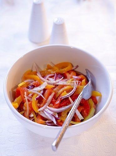 Тыква — королева осени. Зимний салат из тыквы с болгарским перцем: Ингредиенты: 1 кг тыквы, 1 литр свежих измельченных помидоров, 500 г сладкого перца, 200 г моркови, 200 г лука, 1—2 острых перца, полстакана растительного масла, 100 г сахара, 1 столовая ложка 70-процентной уксусной кислоты, 2—2,5 столовые ложки соли.