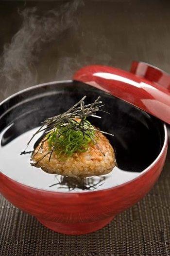 焼きおにぎりにお湯やダシを注げば、香ばしいお茶漬けに♪食事のシメや、サラッと食べたい朝ごはんにぴったりです。