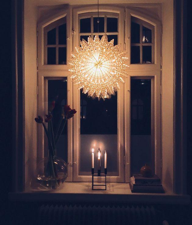Traditionen att hänga en adventsstjärna i fönstret vid första advent kommer från Tyskland, precis som så många andra av våra svenska jultraditioner. Stjärn