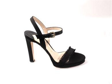 Sandalo in raso con tacco diritto alto cm. 12 e plateau a vista alto cm. 1.5, cinturino sul collo del piede.