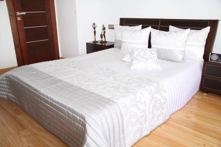 Prehozy cez manželskú posteľ bielo sivej farby s prešívaním