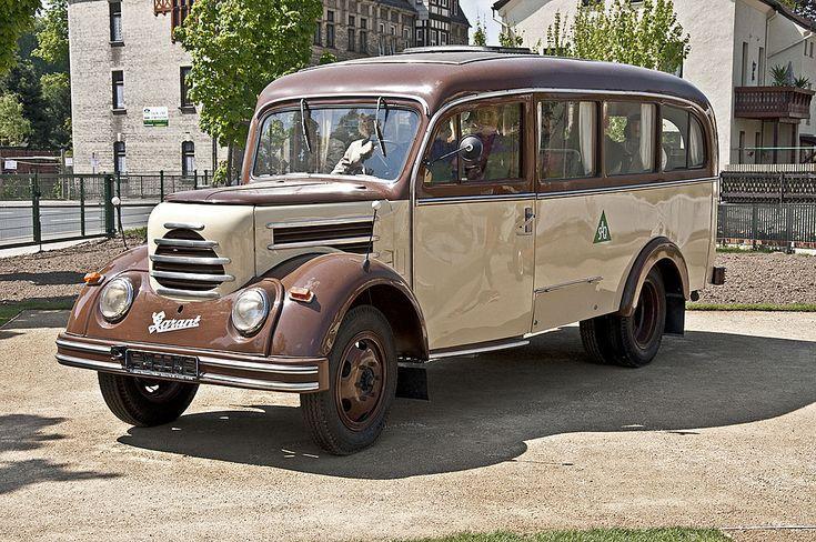 1960 Robur Garant 30 K Omnibus - Der Bus wurde als Nachfolgemodell des Robur Garant 27 VW/B 18 ab 1956 produziert. Die Typenbezeichnung VW/B18 bedeutet verlngerter Radstand, Fahrgestell mit Windlauf, Bus, 18 Sitzpltze. Der Bus fand aufgrund seiner Robustheit unter anderem bei der NVA Verwendung. Er eignete sich optimal fr den Transport kleiner Gruppen und sollte im Kriegsfall als Verwundetentransporter eingesetzt werden.