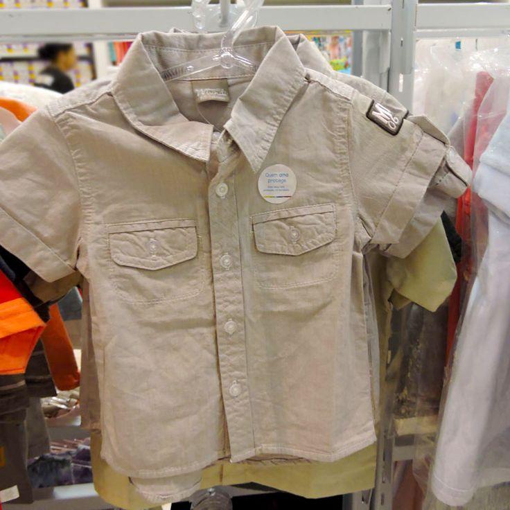 Uma camisa bege de manga curta e com bolsos na frente para o bebê é perfeita para passeios! Monte o enxoval completo da criança na Toni Toys Baby do Shopping São José, o contato é (41) 3081-9214.