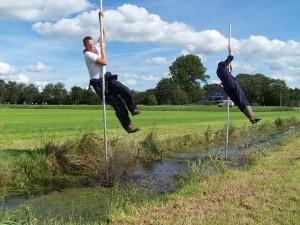 Fierljeppen: het betekent letterlijk 'vér over het water springen'. In de waterrijke gebieden van Nederland wordt al zeker duizend jaar de polsstok gebruikt om sloten over te steken.