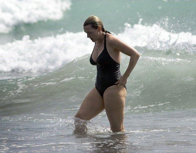 Τα παραπανίσια κιλά της Kate Winslet και οι βουτιές της σε παραλία της Νέας Ζηλανδίας! (φωτό) | Γόβα Στιλέτο