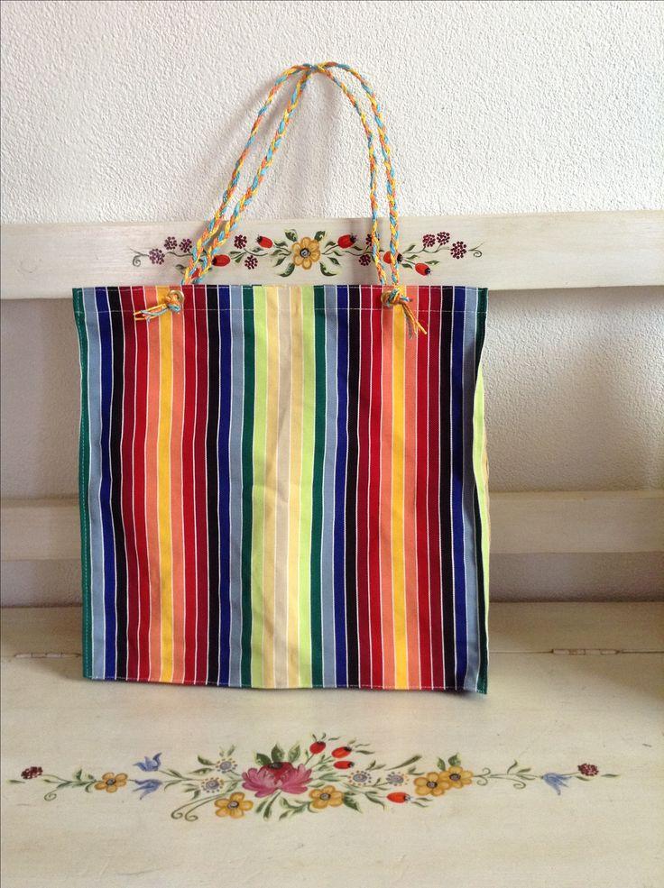Tela da sdraio, cordini colorati, ed ecco una simpatica borsa da spiaggia