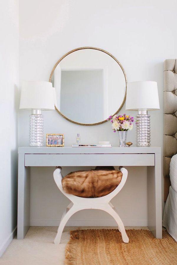 A penteadeira ocupa um dos espaços mais especiais da casa, onde você pode dedicar um tempo a si mesma e a seus produtos favoritos. Na hora de decorar, flor