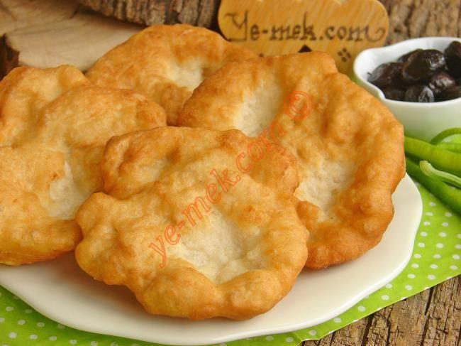 Ekmek Hamurundan Tuzlu Lokma nasıl yapılır? Kolayca yapacağınız Ekmek Hamurundan Tuzlu Lokma tarifini adım adım RESİMLİ olarak anlattık. Eminiz ki Ekmek Hamurun