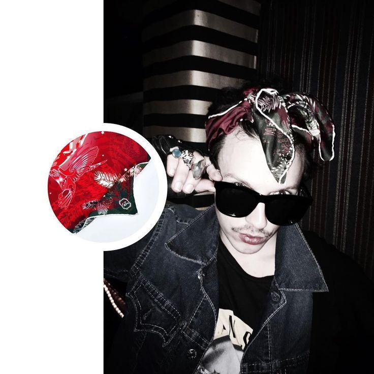 """Rock & Roll is Not Dead ! Rencontré au détour d'une soirée parisienne le performer Metamarphose qui porte à merveille notre #carredesoie """"Christmas Tiger   Rouge Velours"""" dans un esprit so eightiies en hommage aux premières années de la diva de la Pop : La Madone #madonna !   *  *  *  *  *#rocknroll #paris  #style  #enssoie #newbrand #scarfsilk #silk #soie #frenchbrand #menstyle #formen #fashionmen"""
