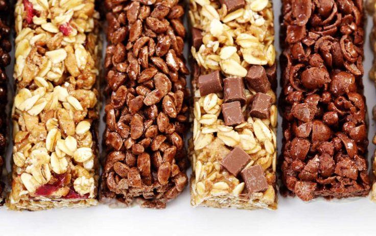 Si eres una fanática de las barritas de cereales, sabes que su precio puede superar los 4 USD en el mercado y que pueden contener exceso de azúcar o grasas, conservantes y otros elmentos que no son saludables. Por ello lo mejor es mejor hacerlas tú misma.Estas ricas recetas para hacer barras energéticas caseras te