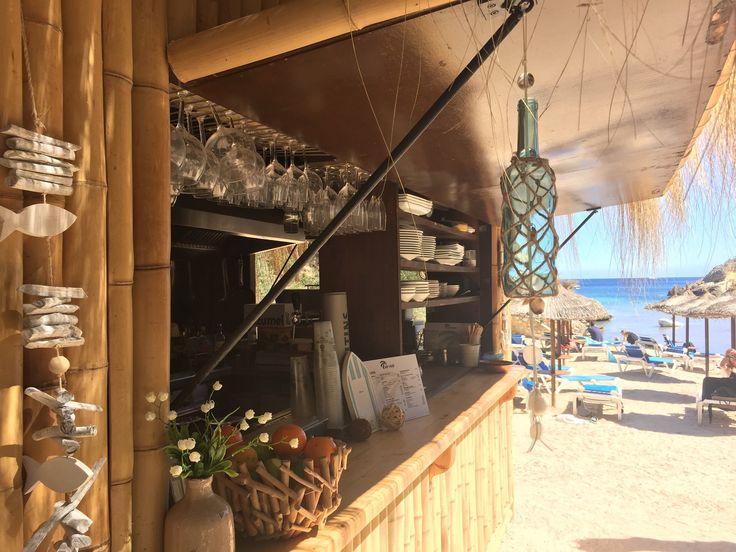 Mallorca ist bekannt für seine atemberaubenden Strände, versteckte Buchten und schönen Strandbars. An fast allen Stränden Mallorcas findest Du sie. Von berühmten Strandclubs wie Nassau Beach in Palma oder Niki Strand in Magaluf zu kleinen und versteckten Strandbars für Einheimische.  Wir haben für