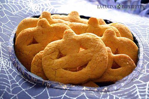 I biscotti di Halloween sono dei divertenti dolcetti allo sciroppo d'acero perfetti per festeggiare questa paurosa ricorrenza. Per i miei biscotti di Halloween ho adoperato uno stampino a forma di zucca su cui ho intagliato un faccino sorridente.