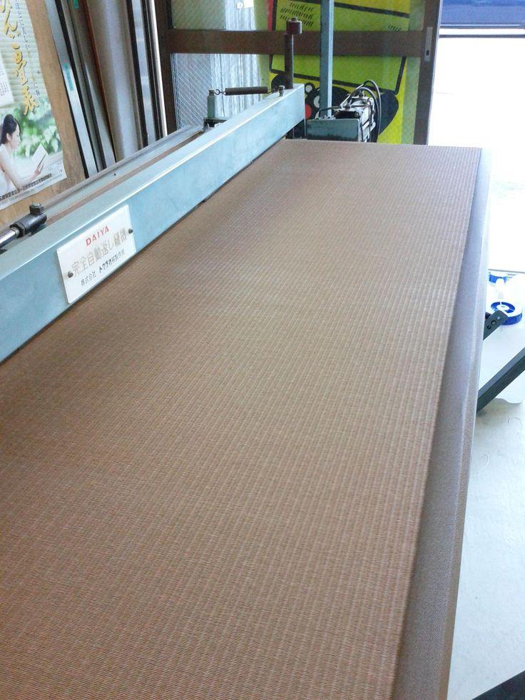 最近のおシゴト・・・。クルミ色の和紙畳に同色の縁でおサレ~な雰囲気に。今までは普通のイグサの畳でしたが、今回の張り替えでグッとイメチェンです。高温多湿の異常気象。和紙畳はカビやダニの心配がなく、お手入れもカンタン!by-畳屋たみちゃん