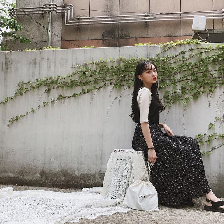 小花柄プリーツロングスカート ロングな丈感で着心地いい上、体型カバー効果まで抜群のプリーツスカート。 エレガントなプリーツ入りスカートが高級感のあるアイテム☆ ゴムウエストのロング丈スカートはノンストレスな穿き心地が特長です。 フェミニンなロングスカートはOffのファッションにおススメです。 #dejou #koreafashion #ootd #daliy #style #shopping #cute  #selfie #nihon #日本  #ファッション #コーデ #韓国ファッション #今日のコーデ