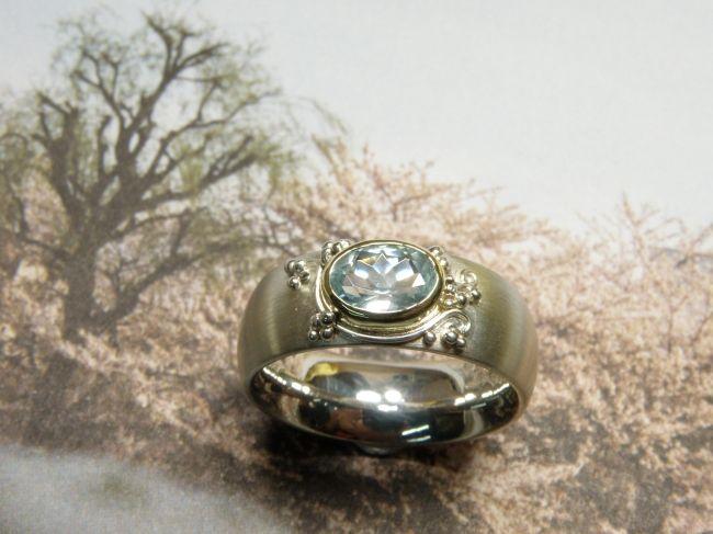 * ringen   oogst-sieraden * Ring * Zilver met filigrain krullen en ovaal gefacetteerde aquamarijn in geelgouden zetting * UNICUM *