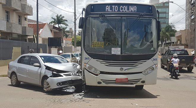 #News  Motorista bate em ônibus após avançar o sinal vermelho e passageira e bebê ficam feridos em Patos de Minas
