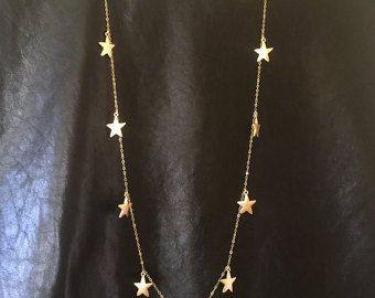 17 mini Stars sono mano cablato su un 32 long che Gold filled collana. Grande regalo per insegnante, sorella, madre e migliore amico stelle.  * * Fammi sapere se hai bisogno di diverso numero di stelle che rappresentano gli studenti * *  * Totale collana misura circa 32 * Più grande stella misura 6mm * Mini star misura 4,5 mm   * * 7 mini stelle collana * * https://www.etsy.com/listing/124214817/7-tiny-star-necklace-star-necklace  * * 14 Rose Gold e stelle collana…