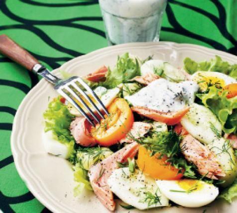 Perkaa savukala ja paloittele se.Kuori ja viipaloi perunat, munat ja kurkut. Viipaloi tomaatit. Huuhdo, kuivaa ja revi salaatti.