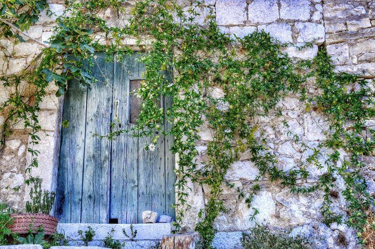 porte bleu  et mur qui parle  by Laurent Bednarczyk on 500px