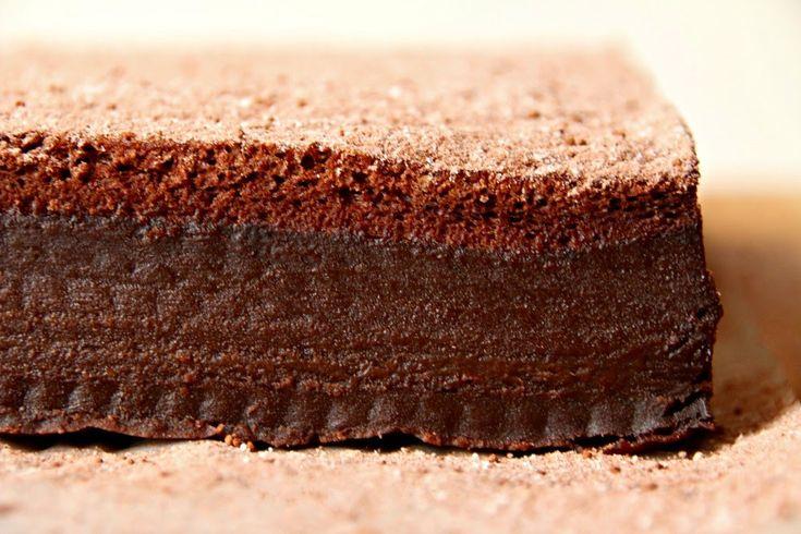 Classic Three-layer Chocolate Magic Cake Cutting #Classic #Chocolate #Magic #Cake #Cutting #baker #Dessert #food