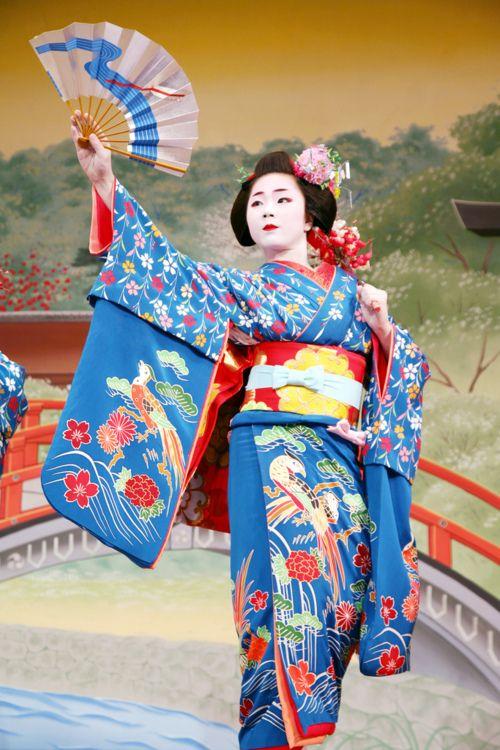 I LOVE the miyako odori blue hikizuri. Truly an iconic and historical ensemble.