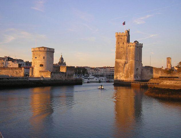 Entrée du Vieux-Port de La Rochelle © VicWJ