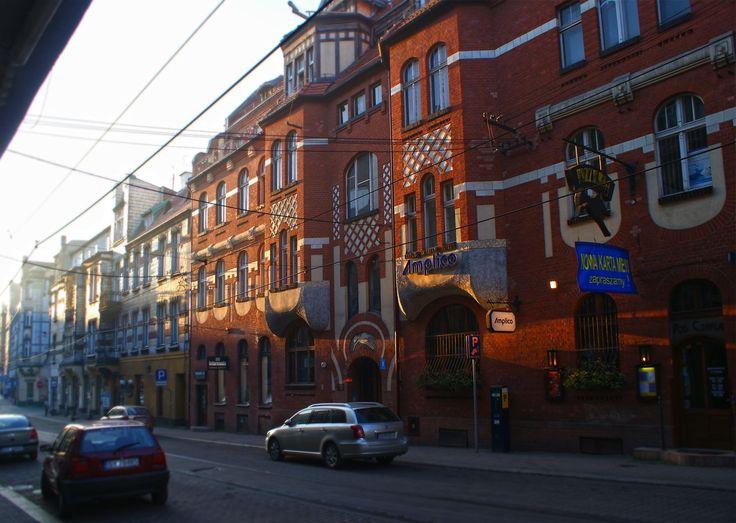 Ulica Moniuszki o świcie. Kamienicę przy ulicy Moniuszki nr 8, tak samo, jak sąsiednią na rogu ulic Moniuszki i Dworcowej nr 22 zaprojektował wrocławski architekt Wilhelm Heller w 1905 roku. To jedne z najciekawszych przykładów secesji w Bytomiu.