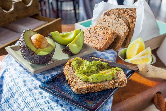 Buchweizenbrot-mit-Senf-Avocado-Dip