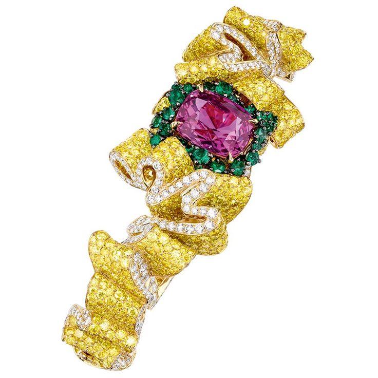 Dior Joaillerie - Bracciale Pli Plat Saphir Rose in oro giallo, diamanti bianchi e gialli, zaffiro rosa e smeraldi