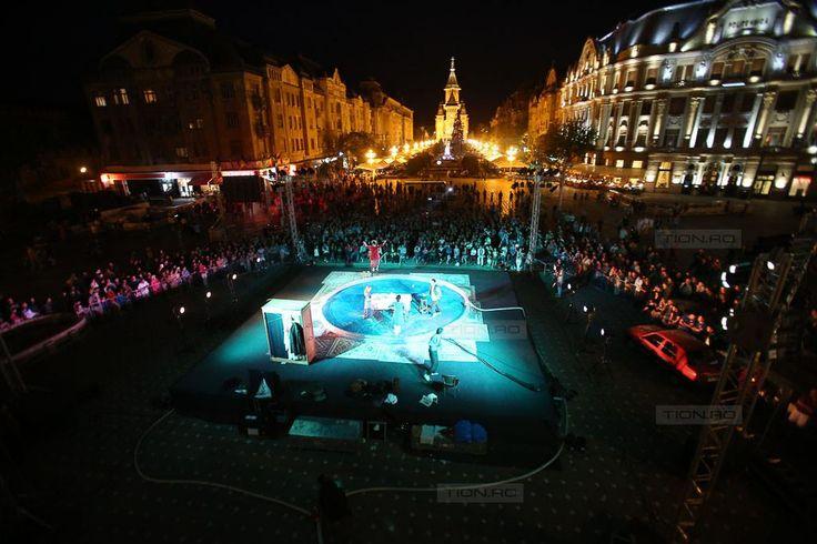 Spectacol vizual de exceptie in Piata Victoriei – actorii au jucat o parte din piesa in… piscina