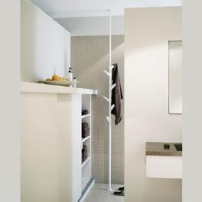 Het idee achter Trendy Kapstokken; Van Esch Slide staande kapstok  is eenvoudig. Het ontwerp bestaat uit twee metalen buizen, die door ze in of uit elkaar te schuiven, tussen vloer en plafond geklemd kunnen worden tot een plafondhoogte van 3.40 meter. De buizen zijn voorzien van zes kunststof haken die op verschillende hoogtes kunnen worden bevestigd, zodat men de positie van de haken zelf kan bepalen.
