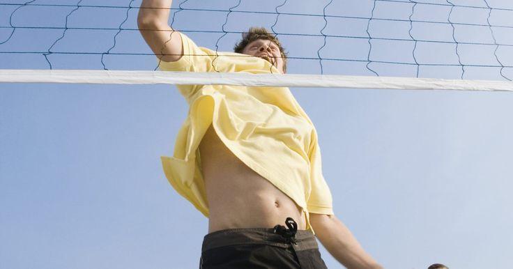 Penalidades no voleibol. Penalidades no voleibol variam de acordo com as regras pelas quais sua liga é regulamentada, bem como o tipo de falta que você cometeu. A maioria das penalidades resulta em uma mudança de posse de bola ou um ponto concedido à equipe adversária. Compreender as regras ajuda a evitar penalidades durante o jogo.