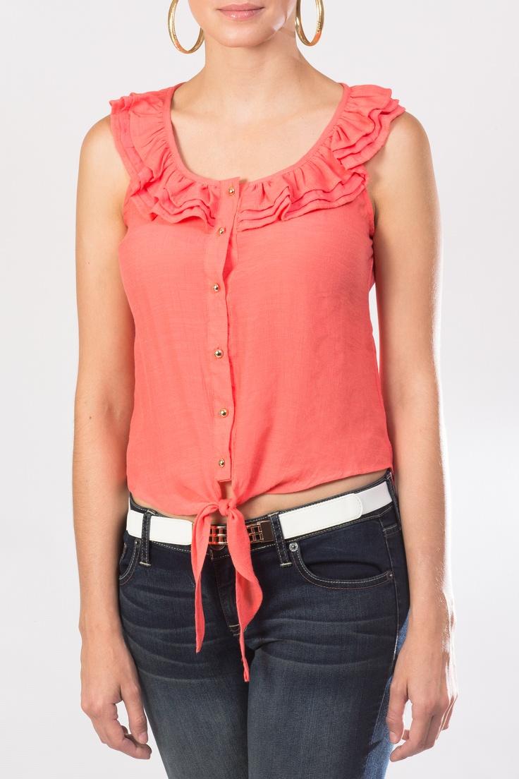 Luce esta maravillosa blusa sin mangas en color coral que puedes combinar con un jeans y unos zapatos de tacón corrido para logra un look cómodo y fashion.