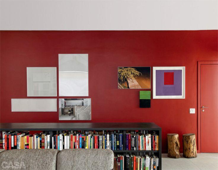 O vermelho (Sherwin-Williams, ref. 6321) dá unidade aos dois blocos de obras. No da direita, ficam telas de Antonio Lizárraga e Marco Gianotti e uma foto de Thyago Nogueira. À esquerda, há novamente Lizárraga e Thyago, mais Laura Vinci e Alfredo Tostes. Projeto de Gustavo Calazans