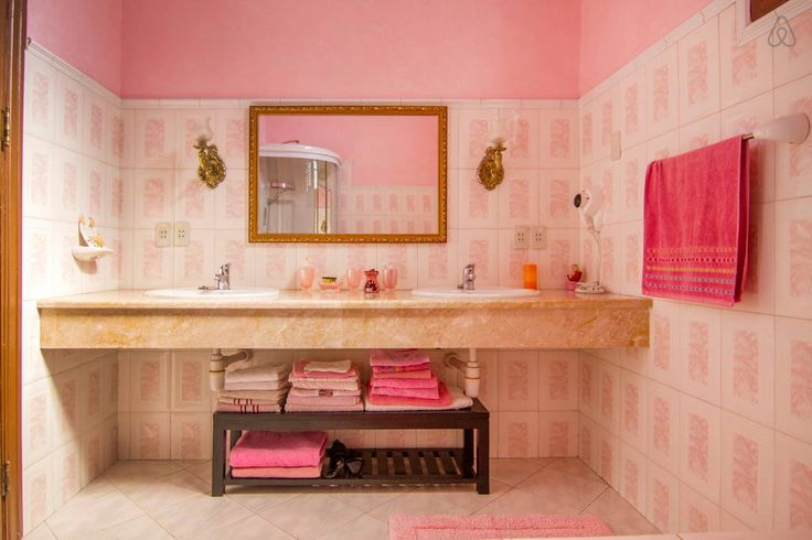 Baño Rosa. Lavamanos empotrados y mármol. - Get $25 credit with Airbnb if you sign up with this link http://www.airbnb.com/c/groberts22