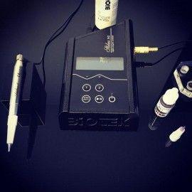 Kit-ul include: Masina Stilus Evo - Alimentare 115-230 V - Consola pentru Stylus Evo Digital - pedala de pornit-opritCablu de conectare - Suport magnetic de repaus - Manual utilizare și întreținere - GaranțieInternaționala 12 luni - Certificat CE Aparatul are in menu setate programe speciale pentru toate tehnicile PMU: Stilus EVO este o combinatie a tehnologiei, a materialelor si soft high-tech, Stilus este unic. Stilus este alegerea corecta pentru profesionisti.Mai multa culoare,stres…