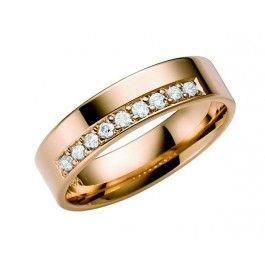 Elegant förlovningsring/vigselring i 18k guld från Schalins i serien Stjärnfall. Ringen har nio diamanter på totalt 0,18ct Top Wesselton SI. Den är 6mm bred och 1,4mm hög.