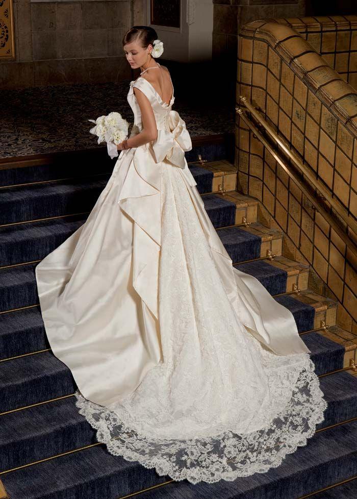 """圧倒的なインパクトを与えるロングトレーンの美しいウェディングドレス。上質な素材とクラシカルなデザインが織りなす、エレガントなウェディングドレスは、広いチャペルに映える。<span id=""""more-185""""></span>イタリア製ミカドシルク、フランス製コードリバーレース使用した高級感のあるウェディングドレス。"""