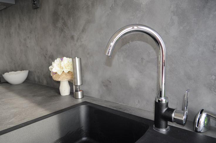 Dekorativní cementová stěrka MicroBond použitá na pracovní desce a stěně za ní v kuchyni. Sealer Gi. Gi. Aquaseal jako finální ošetření zajišťuje nenasákavost vodě a olejům, odolnost vůči oděru a poškrábání a stoprocentní omyvatelnost. Tento povrch je beze spár. Údržba je proto velice snadná a nevzniká zde prostor pro tvorbu plísní.  Více na: http://www.izolace-ecobeton.cz/cementove-sterky/