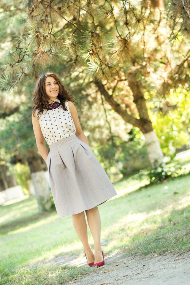 personal style, statement neckless, full skirt
