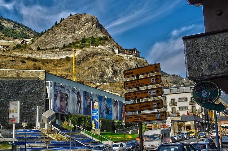 Palau de gel Andorra, centro de Canillo. Complejo deportivo con piscina, gimnasio, restaurante y, como no, Pista de patinaje donde realizar todo tipo de actividades sobre hielo.