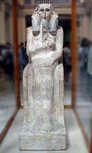 """La statua del faraone Djeser/Djoser (III millennio), figura dell'Antico Regno di grande prestigio per tutta la storia egiziana: per il suo monumento funerario in pietra gli fu assegnato come epiteto """"colui che ha inaugurato la pietra da taglio""""."""