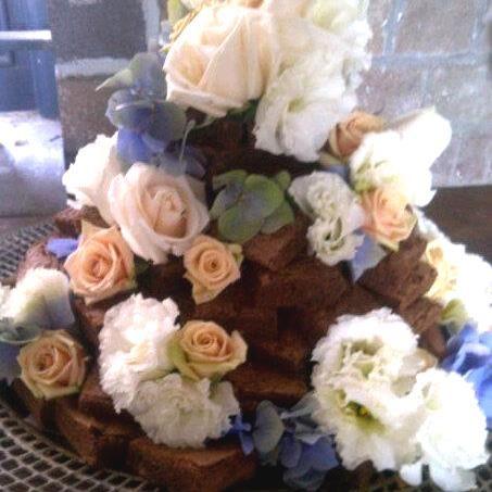 Stunning wedding cake! For more wedding flower designs go to www.naomijones.com.au.