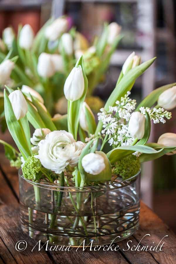 Som jag lovade, här kommer mer tulpaninspiration från Blomsterfrämjandets press event igår… Tulpaner är som gjorda att leka tillsammans med andra blommor i Eva Schilds 'Äng'-vas....