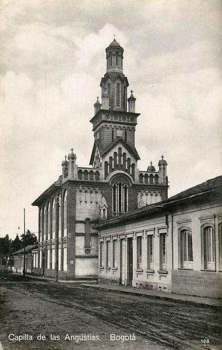 Capilla de las Angustias en Bogotá en 1931. Carrera 13A con calle 23, Localidad de Santafé.     Los terrenos para esta Iglesia los donó la señora Margarita Gómez de Villalobo en el año 1912 y comenzó a construirse por los padres Eudistas y finalizó su construcción en 1.919.