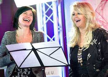 Bonnie Tyler et Delphine Chaneac dans Un air de star // Bonnie Tyler and Delphine Chaneac at the french tv show Un air de star  #bonnietyler #gaynorsullivan #gaynorhopkins #thequeenbonnietyler #therockingqueen #rockingqueen #music #rock #2013 #delphinechaneac #unairdestar #m6 #bonnietylerfrance #france #paris
